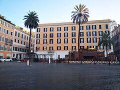 スペイン広場に 有料トイレが見えます。