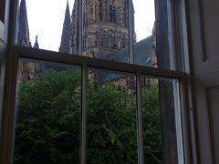 部屋の窓からは聖メアリー教会が見えます。