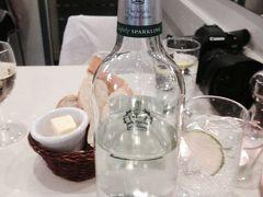 スパークリングウォーター3.3£ ガーリックブレッド3.3£ 白ワインのボトル15.8£