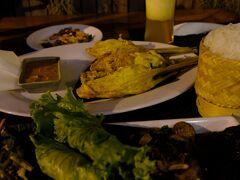 ラオス料理の有名店であるタマリンドを予約しており、お勧めセットとレモングラスと鶏肉の一品、ジンジャースムージーを追加します。多くの人々で賑わっていますが、ラオス料理の一部は私の口には微妙でした。