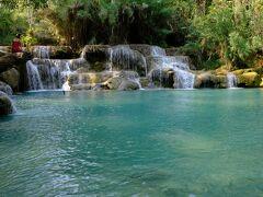 午前中は、ツアーでモン族の村とクアンシーの滝を訪れます。水着を持参しましたが泳げる水温でありませんでした。欧米人は平気で泳いでいますが。