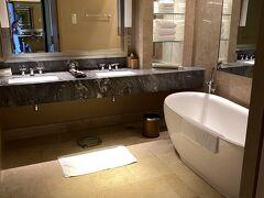 奮発しクラブルームシティビューの部屋にしました お昼の時間は1階の日本人カウンターでチェックインできました 部屋は35階52号室 ゆったりとした風呂 洗面が2つあるのは良いです