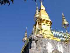 国立博物館前から急な階段を登り、プーシーの丘に立ちます。青空に金色の仏塔が映えます。