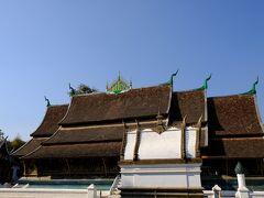 ルアンパバーンの世界遺産を代表する寺院 ワットシェントーンを訪れます。本堂の屋根の重なりが技巧を感じさせます。