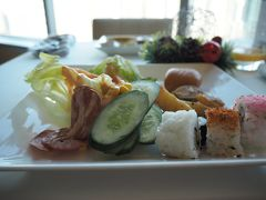 旅行5日目。 クアラルンプール2日目です。  朝食バイキング。 こちらには面白い巻き寿司がありました。 上に七味が振りかけてある。 う~ん彩り的感覚???