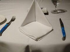 宿泊予約の際に夕食をつけて無かったので、何処で食べようかと思いましたが、折角なのでホテル内で食べることにしました。当日に電話しても席が空いていましたね。 入口近くですけど。
