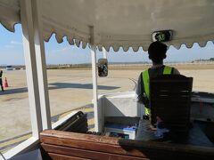 スコータイ空港到着  沖止めの飛行機を降りトロッコのような乗り物に乗って到着ゲートへ