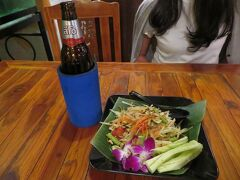 タイ料理 プーレストラン  新市街の中心地とはいえ旅行者が行けるようなレストランの選択肢は少ない とりあえずホテル近くのこのレストランでレオビールとソムタムを