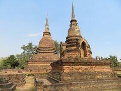 ワット スラ シー  まず仏塔が2つ並んでます