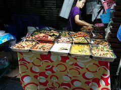 パヤタイ駅からBTSに乗り換えて、プロンポン駅に到着しました。 朝早くから惣菜が豊富です。
