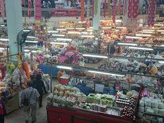 ワロロット市場。 確かに大きい。 なぜか同じ場所だけをぐるぐる回ってしまい、全部見きれたかどうかは??(@_@。
