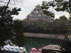「おお~、見えてきた!」 カラス城ではなく、う城なんですね。  手前の白鳥のボートがアンニュイな雰囲気を出して、いい感じ。