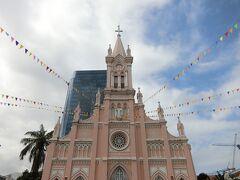 市場からまた歩いてすぐのダナン大聖堂に来ました。入り口は裏手。たくさんの人が観光していたので写真を撮るのが大変でした。