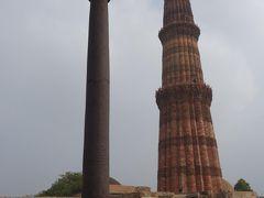 「アショカ・ピラー」「チャンドラヴァルマンの柱」「デリーの鉄柱」などと、複数の呼び名を持つ、約7Mの錆びない鉄柱。 紀元415年建造と云われており、約1,600年間錆びずに立ち続けている鉄柱です。