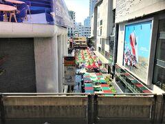BTS Siam Station(サイアム駅)  12月05日(木)  10:40  09:30のホテルトゥクトゥクで出発~~ 換金後 BTS で Siam Station(サイアム駅)へ  ホームから Siam Square を見下ろすと 赤と緑のクリスマスカラーで彩られた テントが並んでいて・・・