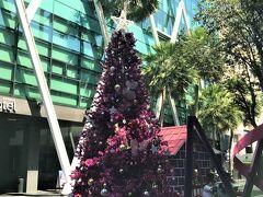 街かど(Mode Sathorn Hotel 前)の風景  12月05日(木)  11:00  Silom Village(シーロムビレッジ)へ行こうと N Sathon Rd.(サトーン北通り)に下りると クリスマスツリーや