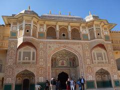 世界一美しい門とも云われるガネーシャ門。 この門から奥は、王族が暮らした宮殿部分になります。 色鮮やかなタイルで彩られた門の中階、2階の窓は、透かし彫りになっているので、風通しも良さそうです。