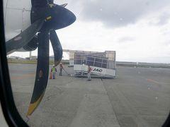 さあ着いたよ那覇空港。 滑走路の端に停められ、 そこからバス移動。  CAさんとはここでお別れ。 CAさん「この先も良い旅を」 私「ありがとうございました」