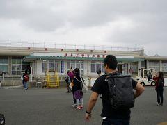 沖永良部空港に到着~ 今回はなんと10分の早着。  那覇までは地元の方しかいないフライトだったけど、 那覇からの折返しはツアー客が多い。 皆さん、空港を撮影。