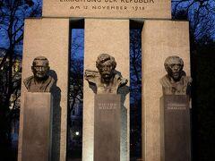 共和国記念碑 中央はビクター・アドラー、社会民主主義の創始者 右はフェルディナンド・ハヌシュ、現代福祉国家の創設者 左はヤコブ・ロイマン、ウィーン初の「赤」市長