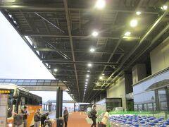 千歳は小雨。新千歳空港ロングタームに車を止めてJL508で羽田空港へ。 羽田から成田へは予約していたリムジンバスを利用。  札幌ーハノイの航空券が往復で大人54,250円、子供41,690円と安かったのでこの時期にみんなで旅行することに。