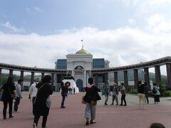 ツアー最初の目的地、勝利の広場。