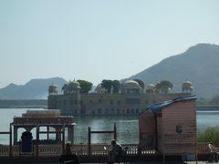 アンベール城近くの湖には、ジャルマハルと呼ばれる宮殿が浮かんでいます。 王族の夏の保養地として、鴨狩する際に利用されていたそうです。