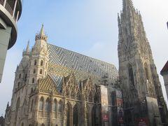 屋根のモザイク模様が印象的なシュテファン大聖堂。 現在はゴシック様式に建て替えられましたが、画像左側の西側正面等、一部はロマネスク様式となっています。