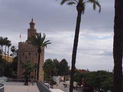 闘牛場の前の黄金の塔を見ながら休憩 (Torre Del Oro)  昔は軍用として使用されていたそうです  建設された13世紀の時は、外壁の全てにタイルが貼られていて、光の反射によって黄金色に見えたそうです。  中世の時代は牢獄だったとか。  現在は海の博物館。