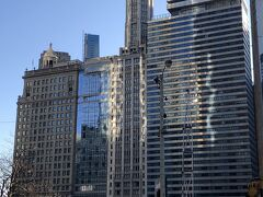 ピカピカビルの後ろの 背の高い白いリグレービル