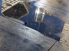 ミレニアムパークの水たまりに映るビル