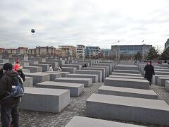 絵画館を出て、そのまま歩いて「虐殺されたヨーロッパのユダヤ人のための記念碑」へ。10~15分くらいかな?  たくさんの人がいました。子どもから大人まで。 みんなどこから来た人なんだろう。どこの国の人なんだろう。ここに来て、何を考えてるんだろう。なんでこういうものを創るもととなることが起きたのだろう。  ということをぐるぐると考えていました。
