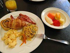 ※前回(序幕・第1幕)の旅行記はこちらから↓ https://4travel.jp/travelogue/11586731   おはようございます。シドニー2日目の朝です。  まずはホテルにて朝食。バイキング方式となっており、パンの他、ベーコンとスクランブルエッグとタイ風(?)焼きそば、果物をチョイス。行きの飛行機の機内食もそうでしたが、やっぱり果物が味が濃くておいしいです。  朝食後は、本日の目的地であるブルーマウンテンへ向けて出発します。