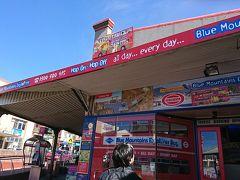 出発からおよそ2時間ほどで、ブルーマウンテン観光の拠点であるカトゥーンバ駅に到着。これほど乗って運賃は8ドルでした(笑)。日本の鉄道に比べると格段にお得ですね。  こちらでバスとシーニックワールドの入場券がセットになったチケットを購入します。