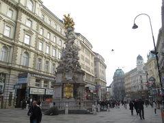 鼠に流行する感染症「ペスト」の終息を記念して建てられた柱と周辺の様子。欧州の至る場所でこの手の柱が見られますが、こちらはバロック様式で一際芸術的になっています。