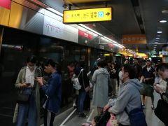 ▽地下鉄(美麗島→三多商圏)  美麗島駅は乗換駅だけあって人が多い。 レッドラインで三多商圏へ向う。