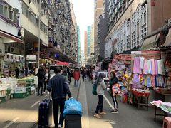 トラムの軌道がありますが、市場の中のこんな場所をトラムが走るということで、それを見に来ました。ギリギリまで店舗がありますけど、大丈夫なの?