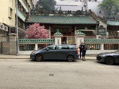 まずは文武廟にやってきました。文武廟は、1847年に建てられた香港最古の道教寺院で、学問の神様として文昌帝が、武神として関羽が祀らている寺院です。ホテルから、徒歩5分ぐらい、階段を登った先にありました。今回もお参りしました。