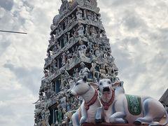 ジャマエモスクのすぐ隣りにはスリ・マリアマン寺院があります。 派手な概観もそうだが、牛の彫刻もヒンドゥー教であることを強烈にアピールしてます。 中に入ろうとしたが、カメラ料金でもめている人がいて、面倒くさそうだったのでスルーすることにしました。