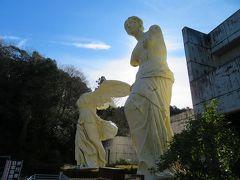 巨大なミロのヴィーナスとサモトラケのニケがお出迎え。 さらに、なぜか自由の女神まで立っています。