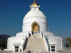 着きました。本堂です。 青い空に、白い仏塔が映えてとても美しいです。   階段上にも上がれますが、土足厳禁です。