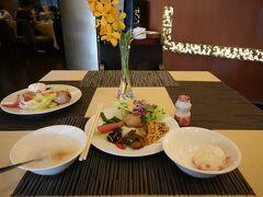 ホテルの朝食です(京城大飯店) 普通に美味しいです 高校生の団体さんがお泊りしているのでお安いのでしょう