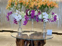 """Halepuna    """"House of Welcoming Water""""- ハレプナ ワイキキ バイ ハレクラニ。 ハワイ語で館を意味する""""ハレ""""と、泉の""""プナ""""。 活力に満ちた朝の陽光をも思わせる花、ポーフエフエ(英名:ビーチモーニンググローリー)の シンボルとともに、洗練されつつも温かい、新しいワイキキの魅力でお迎えいたします。 (HPより)"""