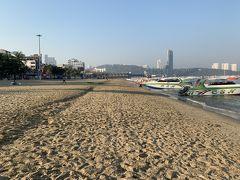 早朝のパタヤビーチです。朝から大陸人は大勢でボートに乗車していました!砂浜は深過ぎて上手く走れません。