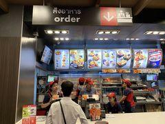 同じフロアにある『KFC』に入ります。奥さんの友人(タイ人)曰く日本のケンタッキーは美味しくないそうです。本当かどうか確かめるため小さめのチキン1ピース購入。