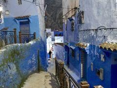 10分ほどで、旧市街「メディナ」に。 青だ~!  家の壁も道の階段も、水色から深い青色まで、多彩な青で染められています。