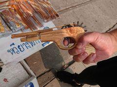 駅の階段を降りたら、昔懐かしいゴム鉄砲が売られてました。 木でピストルの形に作って、ゴムを止める場所を性能良く作られてます。