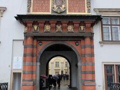 スイス門を横目に見て通り過ぎます。