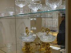 でシルバーコレクションでやっとチケット購入。シシィギャラリーと家具博物館、シェーンブルン宮殿のコンビチケット34ユーロ。高い。ガイドが古く22.5ユーロと書いてあったのでこの十年で12ユーロも値上がってます。 シルバーコレクションといってもどちらかというと食器全般のコレクション。それにしてもこんなにもよく集めたなという感じです。