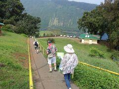 10:00 ワイピオ渓谷到着 駐車場から展望台まで坂を下って歩く。